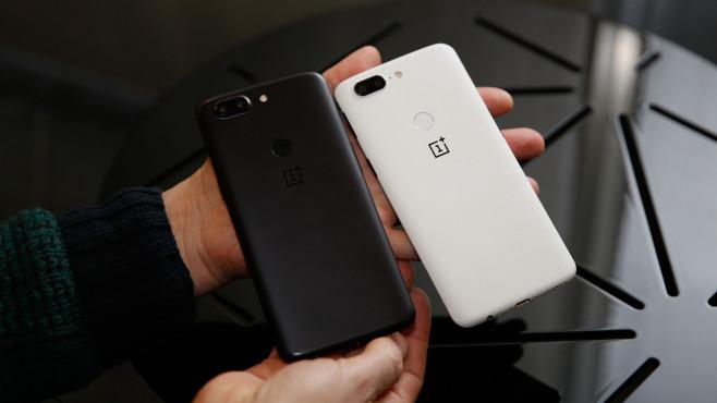 OnePlus 5T Sandstone White vs OnePlus 5T black ©COMPUTER BILD