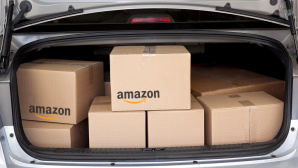 Amazon-Päckchen im Auto © Amazon, iStock.com/DonNichols
