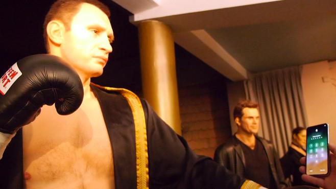 iPhone X ausgetrickst: Klitschko haut Face ID um! Der ehemalige Box-Weltmeister Vitali Klitschko im Angesicht mit Apples Face-ID-Technik. ©COMPUTER BILD