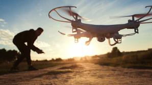 Drohne im Sonnenuntergang©istock/golubovy