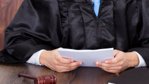 Richter mit Dokumenten ©fotomek � Fotolia com