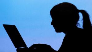 Frau an Laptop ©dpa Bildfunk