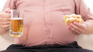 Fettleibiger Mensch mit Bier und Burger ©©istock.com/ Tomwang112