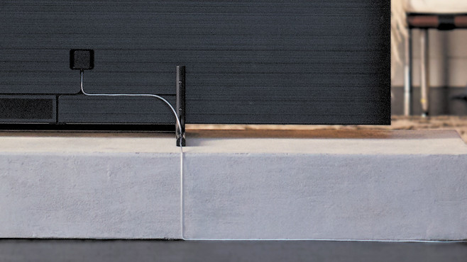 Samsung Q9FN: Kabel zwischen One-Connect-Box und Bildschirm ©Samsung