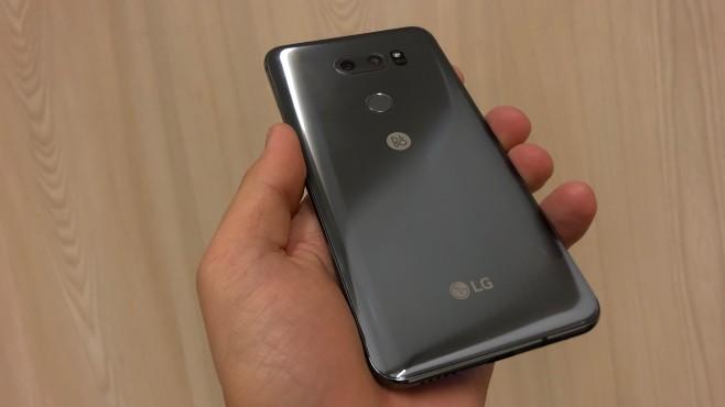 LG V30S ThinkQ im Praxis-Test: Modellpflege mit KI statt LG G7 Mit Grau (im Bild) und Blau bekommt das V30S zwei neue Farben. Unter der Haube hat sich dafür wenig getan. ©COMPUTER BILD