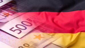 Deutsche Flagge und Geldnoten ©iStock.com/MarianVejcik