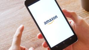 Handy mit Amazon-Logo ©istock/kasinv