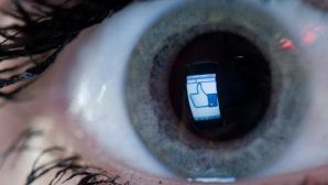 Facebook-Logo in Auge ©dpa Bildfunk