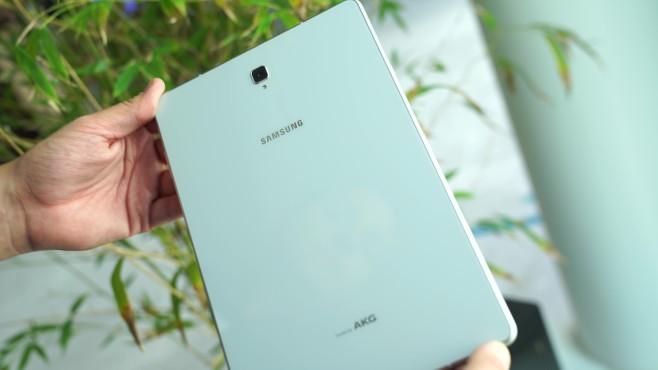 Samsung Galaxy Tab S4: Test, Infos, News, Release, Kaufen Schicker Rücken kann entzücken: Das Heck des S4 besteht aus edlem Glas. Darunter schlummert absolute High-End-Hardware.©COMPUTER BILD