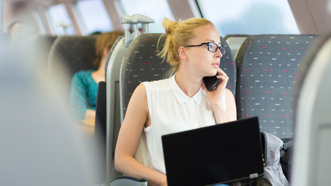 Frau mit Notebook im Zug ©iStock.com/kasto80