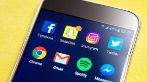 Handy mit Snapchat- und Instagram-App ©iStock.com/alexsl