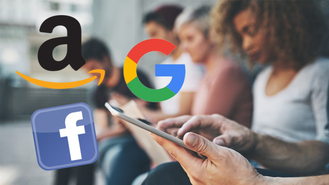 Facebook-App auf dem Smartphone ©iStock.com/PeopleImages, Google, Facebook, Amazon
