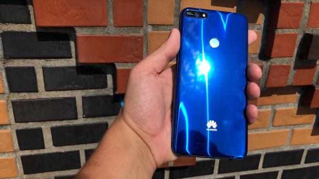 Huawei Y7 (2018): Test, Infos, Daten, Preis, Release Die Rückseite besteht zwar aus Kunststoff, erweckt aber den Eindruck, als würde das Y7 (2018) aus vielen Glasschichten bestehen. ©COMPUTER BILD