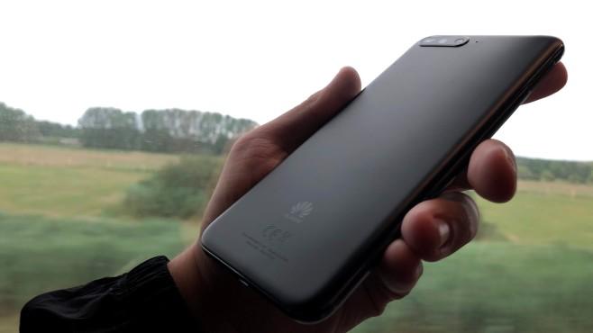 Huawei Y6 (2018): Test, technische Daten, Preis, Release Die Rückseite besteht aus griffigem Plastik – bei dem derzetigen Glas-Trend eine Wohltat für Finger und Smartphone. ©COMPUTER BILD