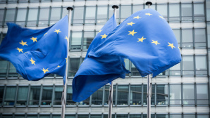 EU-Flaggen ©iStock.com/inakiantonana