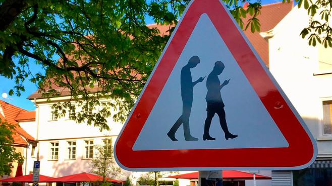 Das Smombie-Warnschild ©Stadtmarketing Reutlingen