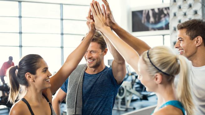 High Five: Freunde sind der beste Coach und Motivator beim Sport.©iStock.com/Ridofranz
