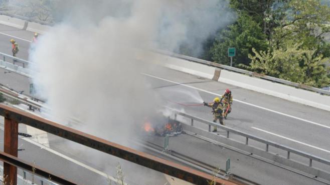 Tesla: Fahrer stirbt in brennendem Elektroauto Der Tesla des deutschen Fahrers überschlug sich und fing Feuer. Für den 48-Jährigen kam jede Hilfe zu spät.©RescueMedia via Pompieri Bellinzona