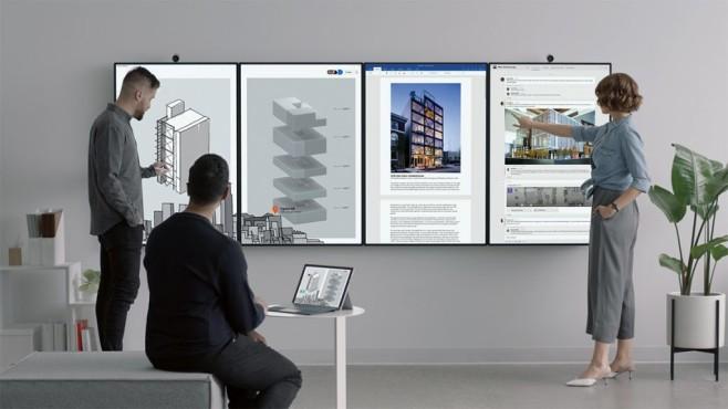 Mehrere, an der Wand befestigte Surface Hubs©Microsoft