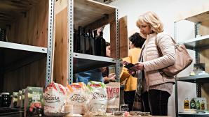 Kundin im Star-up-Supermarkt ©Million Motions
