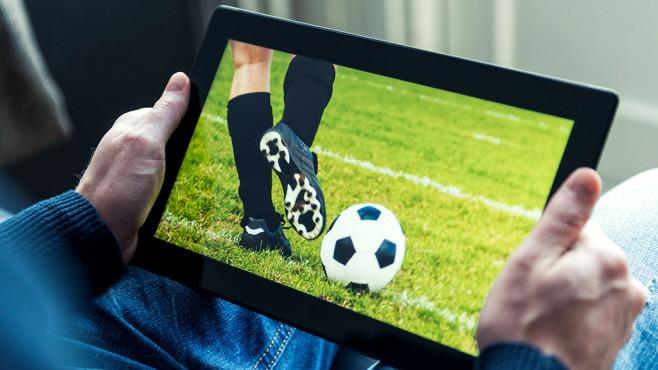 Fußball-Stream auf dem Tablet ©mikkelwilliam/istock.com