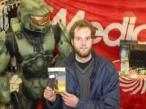 """Verkauf um Mitternacht: Sascha Heinzl aus Stuttgart war der erste Deutsche, der eine Version von """"Halo 3"""" sein Eigen nennen konnte."""