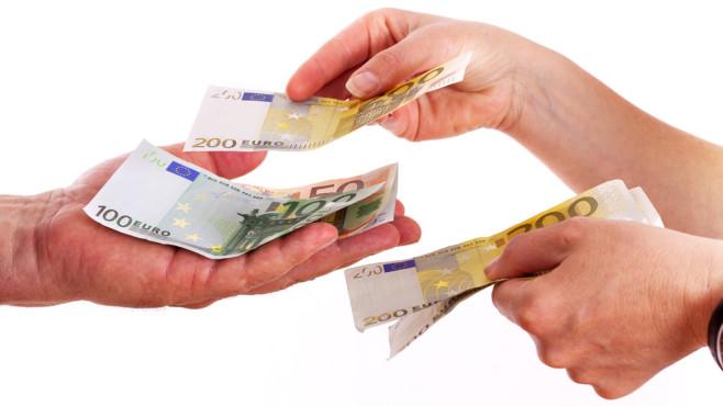 Steuer: So bekommen Sie das meiste zur�ck! Was eignet sich besser zur Steuererkl�rung � ein Buch, ein Programm oder der Steuerberater? ©Edler von Rabenstein - Fotolia.com