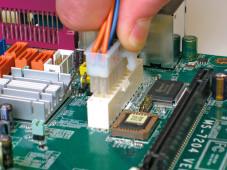 Windows XP: Notebook lässt sich nicht einschalten Der Stecker für die Stromversorgung der Hauptplatine muss abgezogen werden.