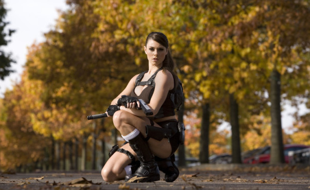 Lara-Croft-Model Alison Carroll: kniend