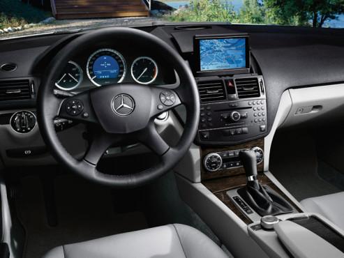 Das Comand APS kombiniert Navigationssystem, Musikabspieler und Telefon.