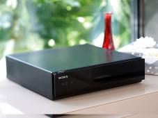 Der Sony Media Receiver schickt Daten kabellos zum LED-TV Bravia KDL-40ZX1. ©Sony