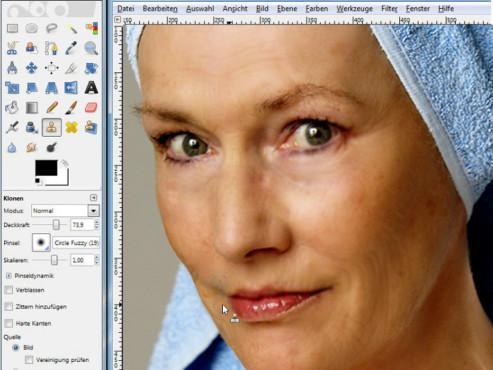 """Mit dem kostenlosen GIMP glätten Sie das Gesicht über die Funktion """"Klonen"""". Angrenzende Hautstellen markieren Sie per """"Lasso"""" und kopieren sie halbtransparant über das Ziel. ©© Psop Photo"""