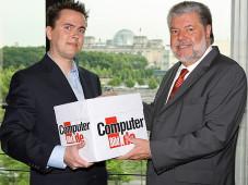 Kurt Beck (SPD), Vorsitzender der Rundfunkkommission der L�nder, nimmt die 150.000 Unterschriften der Online-GEZ-Petition von COMPUTER BILD entgegen. ©Ralf G�nther � BILD