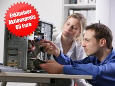 Ein Computerfachmann untersucht im Beisein einer Kundin einen PC ©Cervis