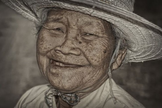 Bild: Old Happy Thai Woman – von: somYot