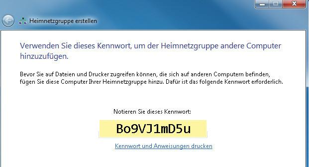 """Das Betriebssystem Windows 7 richtet bei Bedarf sogenannte Heimnetzgruppen ein, über die der Austausch von Dateien schneller und einfacher funktioniert. Deshalb erscheint auf einem der angeschlossenen Geräte das Fenster Heimnetzgruppe erstellen, das Sie zunächst einmal per Klick auf Weiter schließen. Heimnetzgruppen machen nur Sinn, wenn alle PCs mit Windows 7 ausgestattet sind. Ist das in Ihrem Netzwerk der Fall, notieren Sie sich das angezeigte Kennwort, siehe Beispiel. Klicken Sie abschließend auf Fertig stellen. Nutzen Sie hingegen ein """"gemischtes"""" Netzwerk, also Computer mit verschiedenen Windows-Versionen, klicken Sie gleich auf Fertig stellen. ©COMPUTER BILD"""