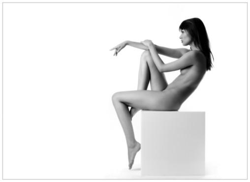 Bild: Akt auf dem Würfel – von: sinnlichefotos ©Bild: Akt auf dem Würfel – von: sinnlichefotos