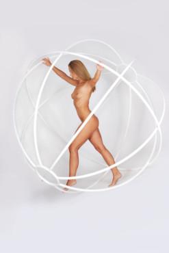 Bild: Nude in Globe – von: visible ©Bild: Nude in Globe – von: visible