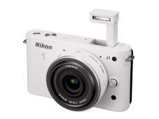 Nikon 1 J1 mit ausgeklappten Blitz&nbsp;&copy;&nbsp;COMPUTER BILD