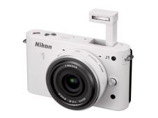 Nikon 1 J1 mit ausgeklappten Blitz ©COMPUTER BILD