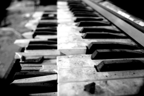 Verwaistes Klavier – von: MarodeArt ©MarodeArt