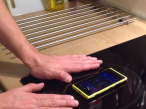 Nokia Lumia 920 will sich an Induktionsherd aufladen���Screenshot / Video John G. Pedersen