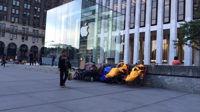 Apple-Fans vor Apple Store © CNBC