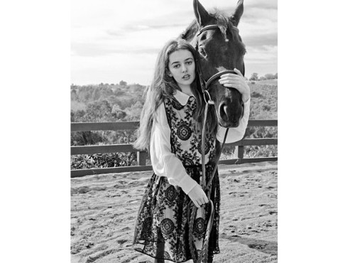 Mädchen mit Pferdekopf