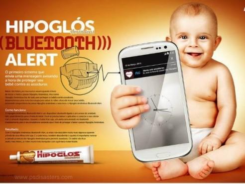 Baby mit Riesen-Smartphone in Riesen-Hand ©psdisasters.com