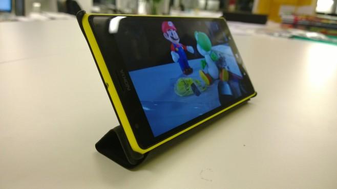 Nokia Lumia 1520: Sechs-Zoll-Smartphone im Praxis-Test Nokias Handyh�lle mit Bildschirmabdeckung l�sst sich auch als St�nder nutzen. ©COMPUTER BILD