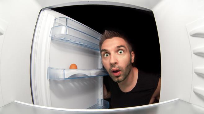 Mann guckt in leeren Kühlschrank ©Viacheslav Baranov, Fotolia