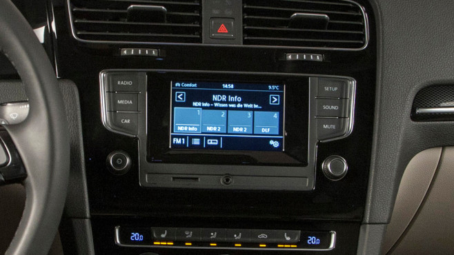 VW Autoradio Composition Touch © Horst Piezug / AUTO BILD