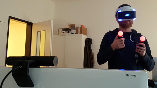 PlayStation VR: Revolution oder Elektro-Schrott? Sonys VR-Brille im Test! PlayStation Kamera (vorne links) und die Move-Controller sorgen für ein beeindruckendes VR-Gefühl. Dummerweise gehören beide nicht zum Lieferumfang, müssen extra erworben werden. ©COMPUTER BILD