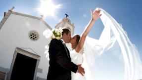 Küssendes Brautpaar vor Kirche ©brmonico - Fotolia